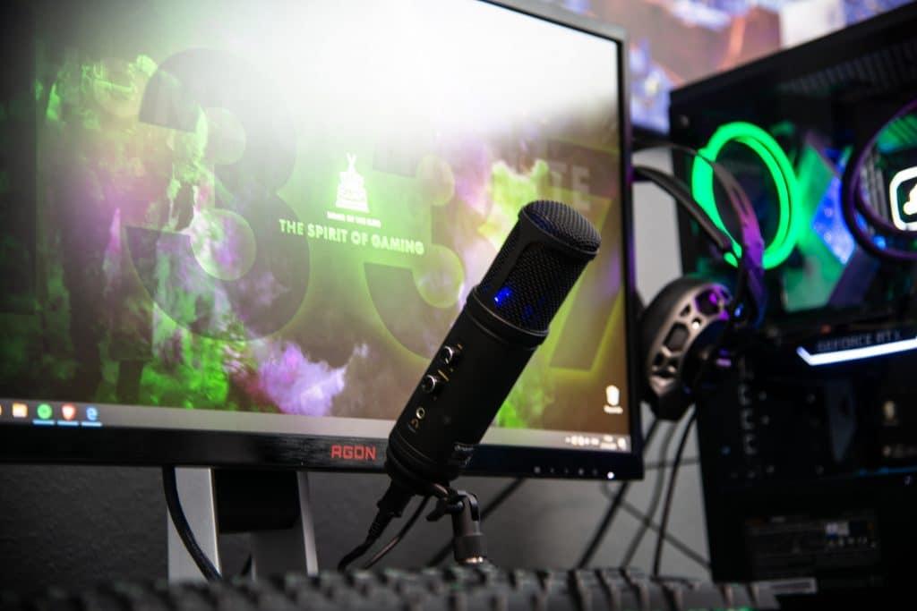 Microfone gamer de mesa destacado na foto de um setup - Melhor microfone gamer