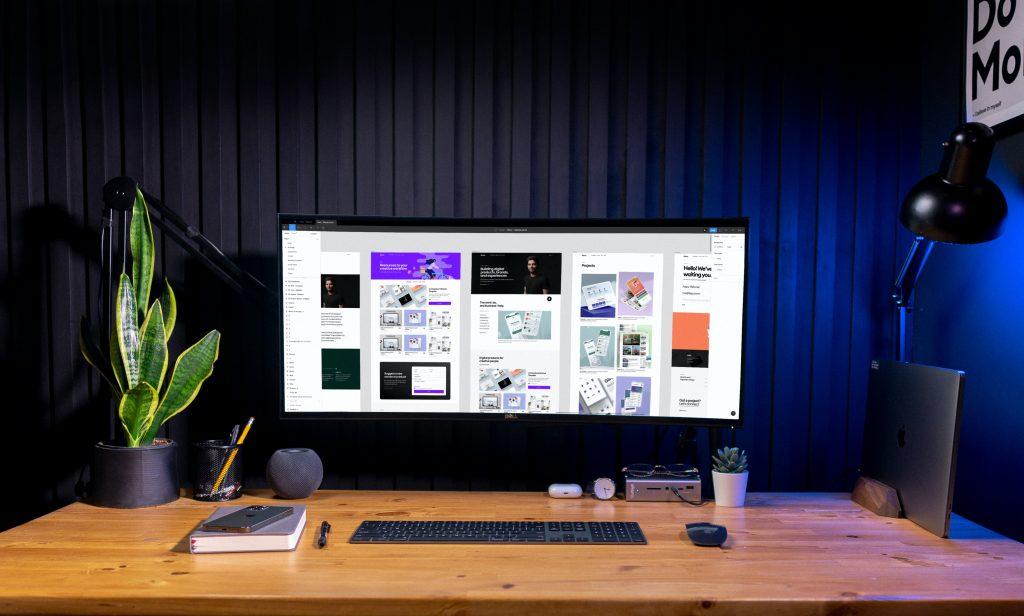 Escrivaninha com o melhor monitor Dell com tela curva