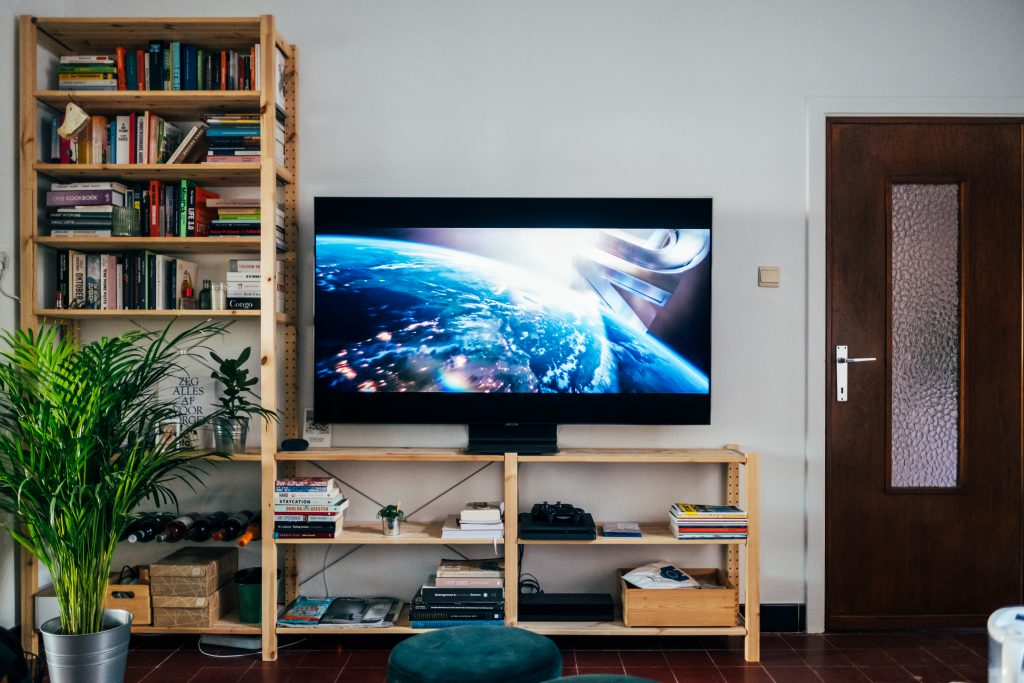Sala de estar com a melhor smart TV Samsung