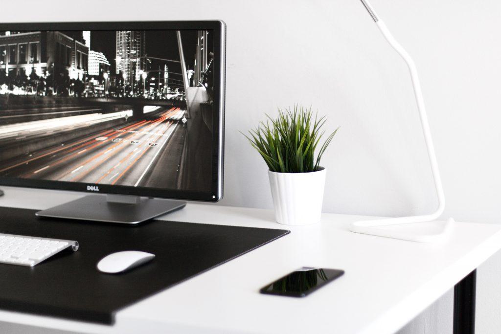 Mesa de trabalho com o melhor monitor Dell ligado