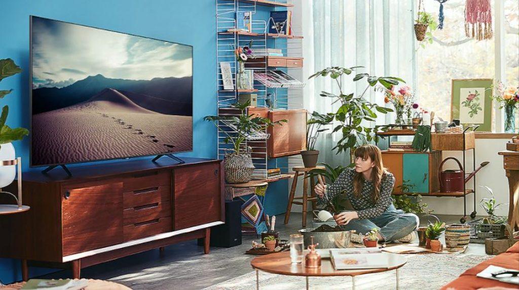 Mulher assistindo uma programação na melhor smat TV Samsung