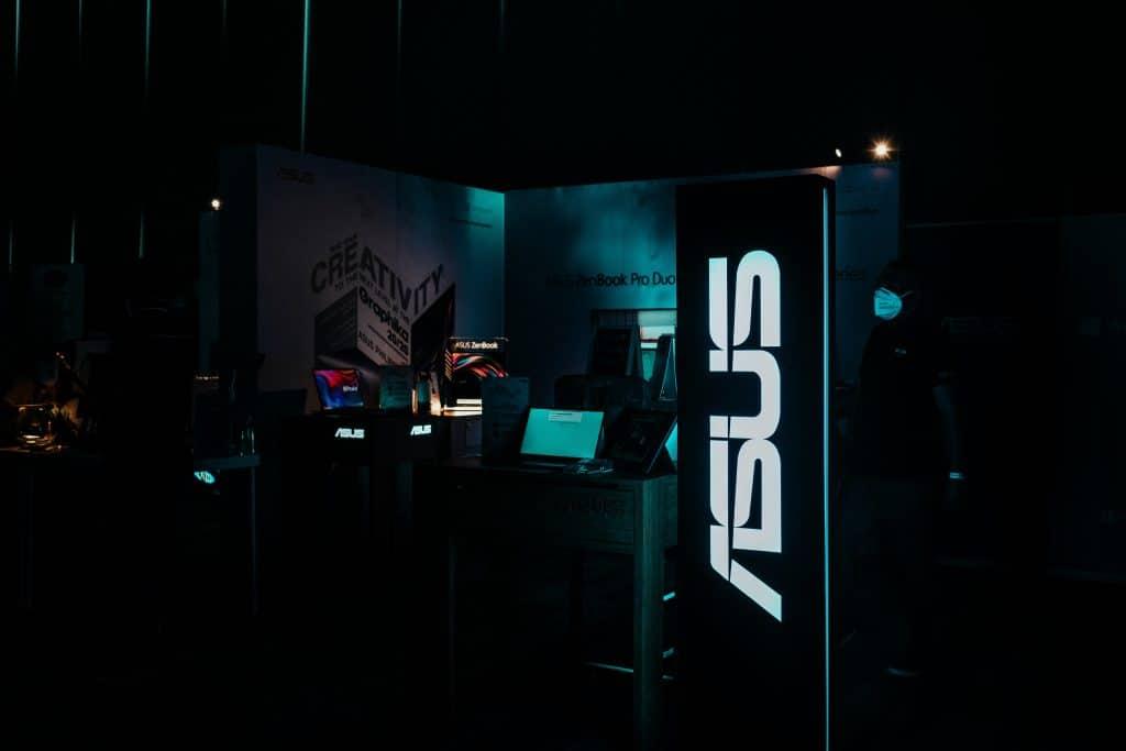 Sala com aparelhos da Asus - Qual é o melhor celular da Asus?
