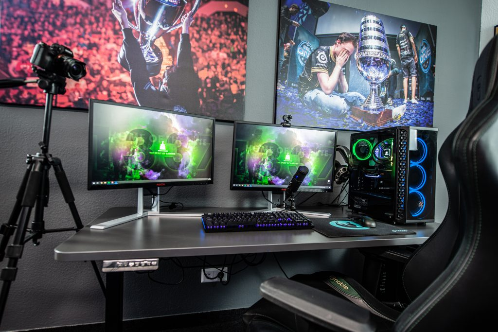 Setup completo com a melhor mesa gamer e os equipamentos em cima dela.